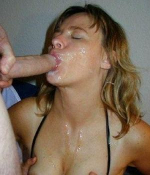 Amateur blonde babe taking a huge cumshots