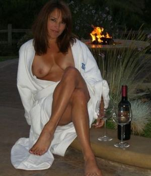 Amazing Mom Gets Drunk And Poses For Pictures
